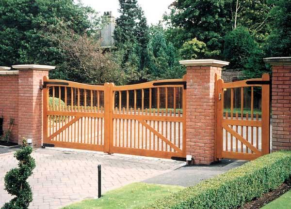 Cancello in legno per esterno - Staccionate in legno per giardini ...